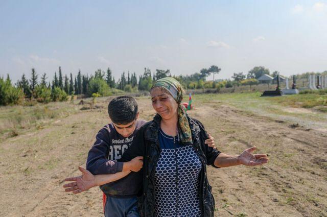Aybeniz Khasanova oo dhinac taagan qabriga wiilkeeda oo ku geeriyooday dagaalka Armenia iyo Azerbaijan.