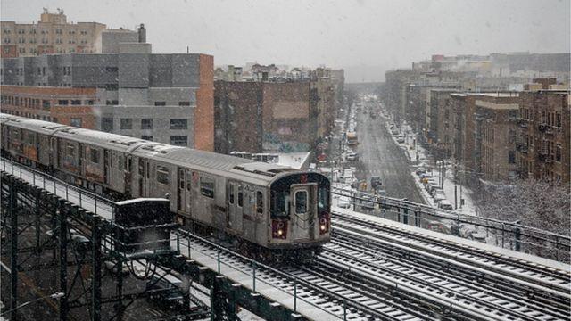"""منطقة """"ذا برونكس"""" في مدينة نيويورك عندما ضربتها عاصفة ثلجية في فبراير 2021."""
