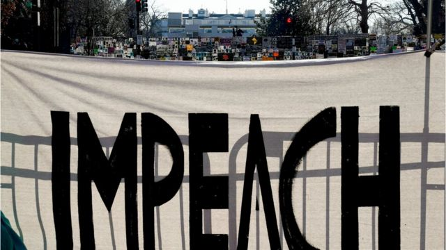 Pancarta pidiendo el impeachment