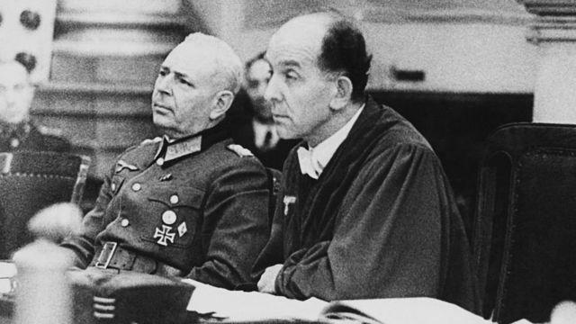 히틀러의 판관으로 알려진 롤란트 프라이슬러(오른쪽)는 1943년 2월 한스와 조피 숄, 크리스토프 프롭스트에게 사형을 선고했다
