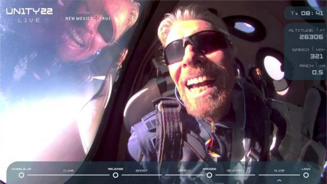 Branson reacciona con aparente euforia en su avión espacial Virgin Galactic VSS Unity al llegar a una zona cercana al borde de la atmósfera.