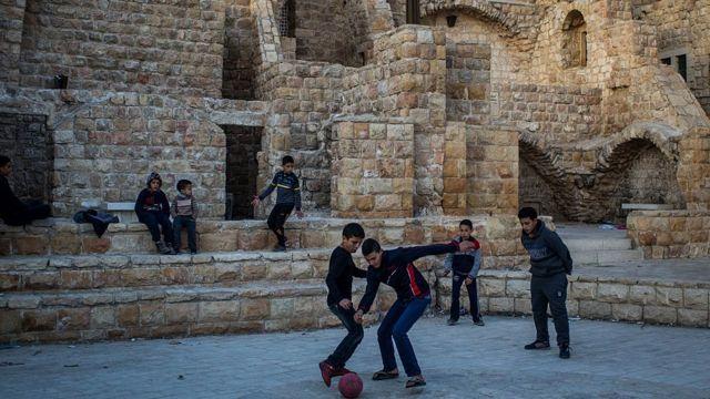 Niños palestinos jugando fútbol en Cisjordania.