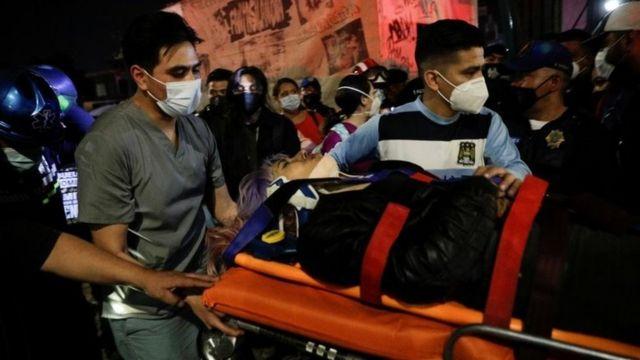 Rescatistas evacuando a una herida del accidente.