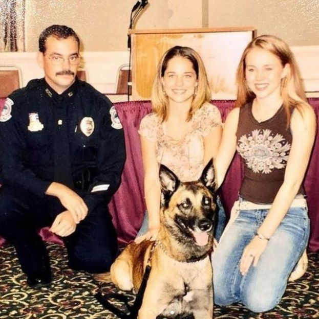 Kara con un policía, otra joven y un perro pastor alemán