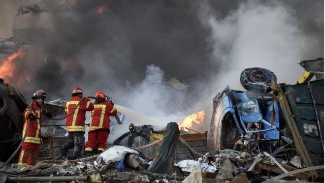 Los bomberos tratan de sofocar las llamas tras la explosión en Beirut.