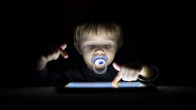 bebé usando pantalla