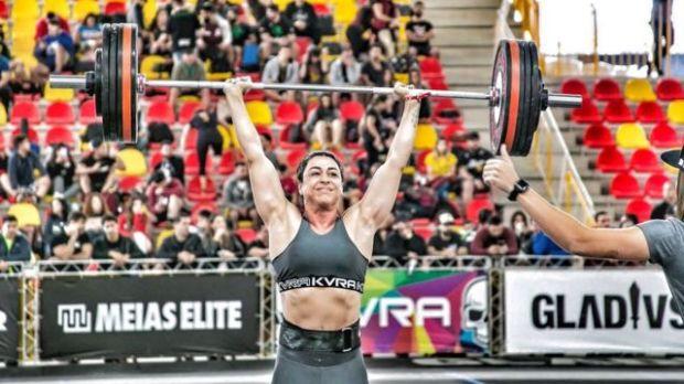 Raquel levanta peso durante campeonato de crossfit