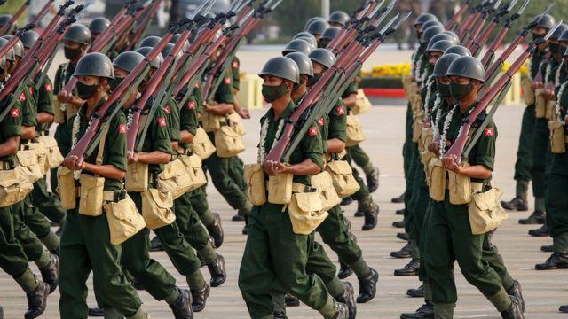 Miembros de las fuerzas armadas participan en un desfile durante el Día de las Fuerzas Armadas en Naypyitaw, Myanmar, el 27 de marzo de 2021.