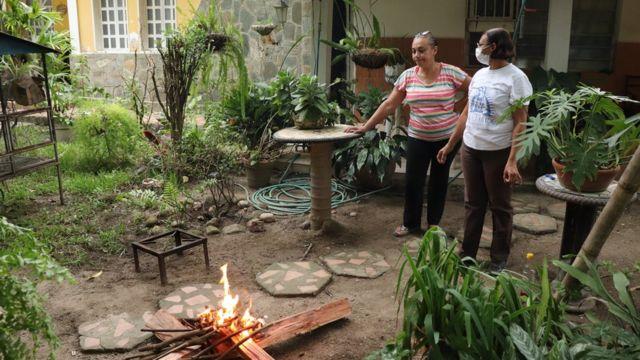 """Crisis en Venezuela   """"Es como vivir en la Edad de Piedra"""": el retorno a la  cocina de leña por falta de gas en el interior del país - BBC News Mundo"""