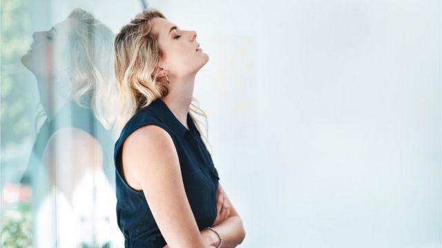 Mujer con expresión de frustración.