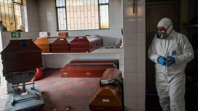 Caixões esperam numa sala para serem enterrados numa cidade próxima de Bogotá, na Colômbia
