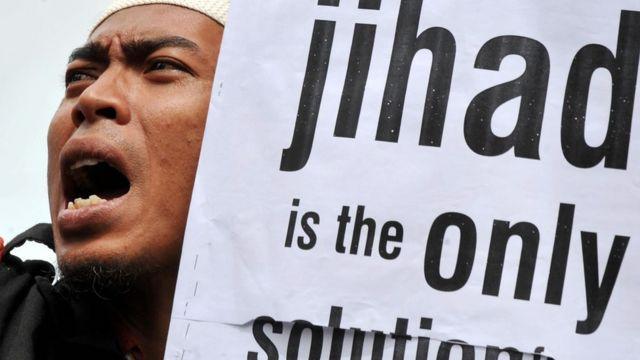 """Endonezya'daki bir Hizb-ut Tahrir gösterisinde kullanılan bir afiş: """"Tek Çözüm Cihad""""."""