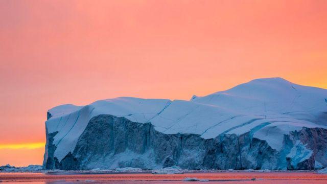 Icebergs ao largo da Groenlândia durante verão ártico