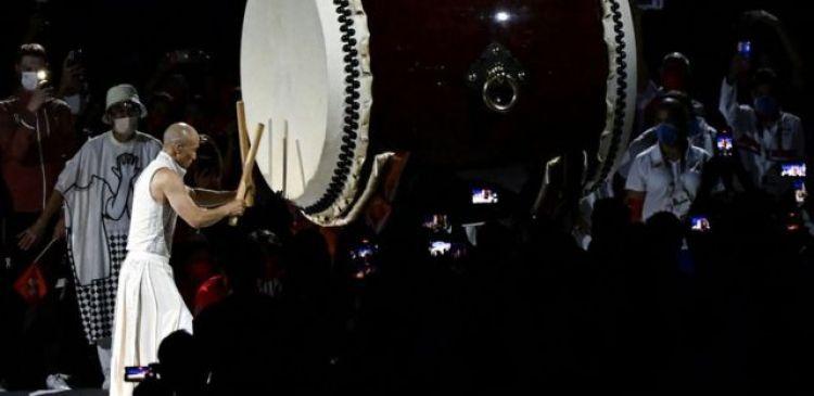 En un momento de la ceremonia, este enorme tambor resonó en el estadio.