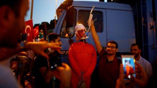 الحكومة التركية تتهم غولن بأنه العقل المدبر للانقلاب الفاشل.