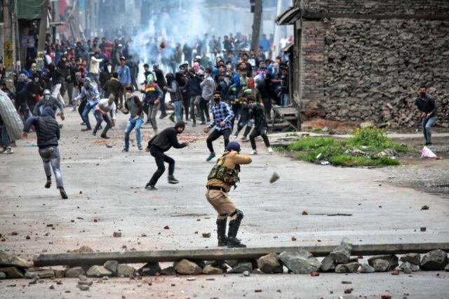 Manifestantes en Cachemira se enfrentan a la policía local.