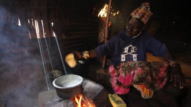 تحلب نغيرو نيب النوق يدويا ثم تغلي الحليب الدسم حلو المذاق على الحطب لإعداد الشاي الكيني