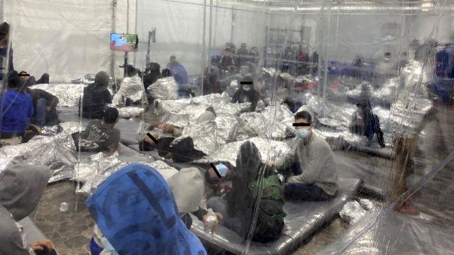 Migrantes en un centro de detención temporal en la ciudad de Donna (Texas).