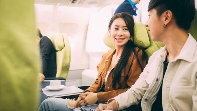 항공기에 탑승한 두 남녀