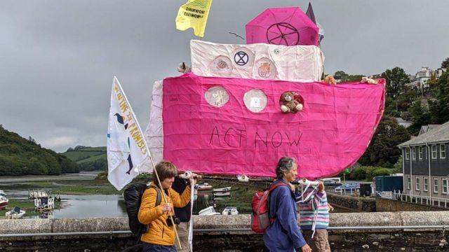 İklim aktivistleri Plymouth'tan Carbis Körfezi'ne yürüyüşlerine başladı