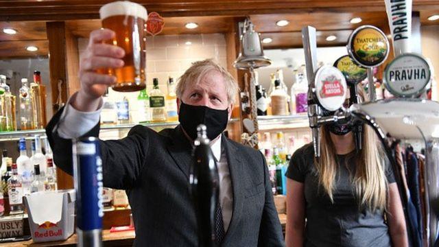 İngiltere'de 12 Nisan'da mekanlar açıldığında Başbakan Boris Johnson da bir pub'da poz verdi