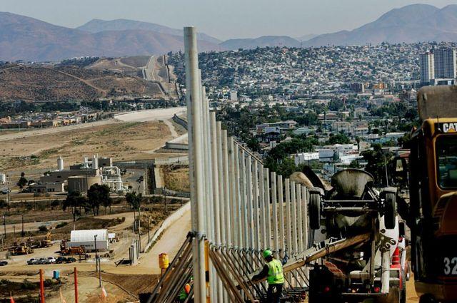Instalación de postes verticales en la frontera