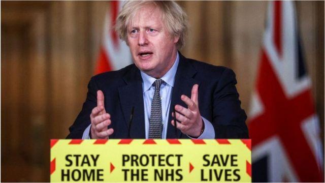 """قبل سنة قال جونسون إن """"إجراءات الطوارئ التي تقيد حركة الناس ستتم مراجعتها في غضون ثلاثة أسابيع""""."""