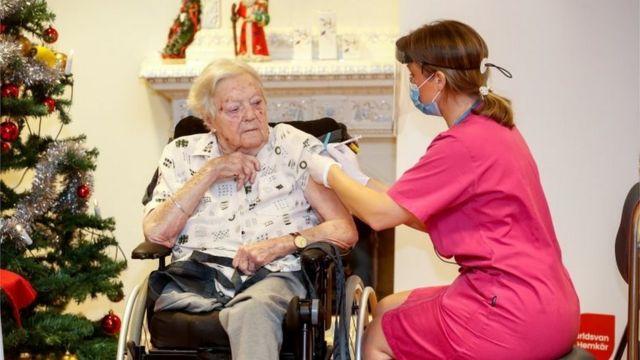 Una mujer recibe una vacuna en Suecia
