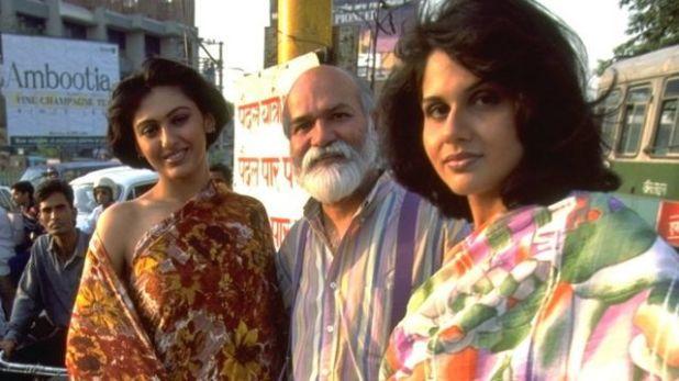 مصمّم الأزياء ساتيا بول (في الوسط)
