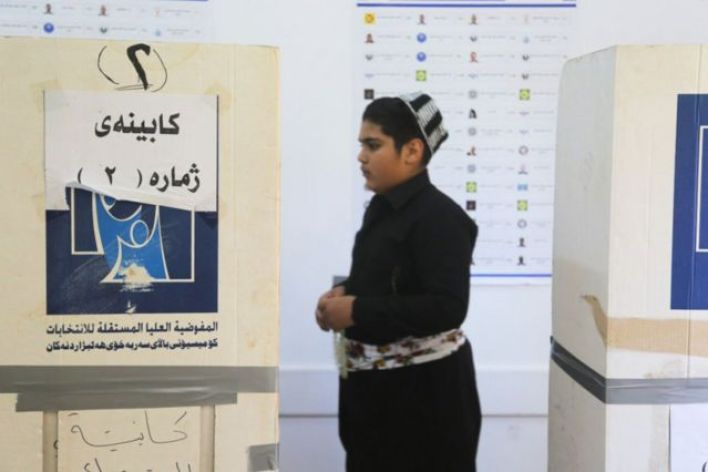 شاب يدلي بصوته في انتخابات كردستان