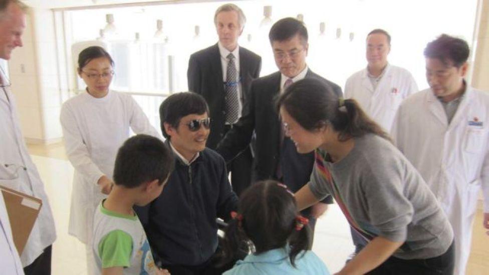 2012年,美国驻华大使骆家辉到北京一家医院探望逃出山东临沂的中国维权人士陈光诚。