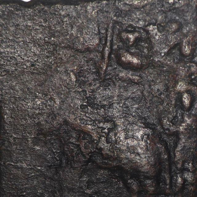 யானையின் மேலே ஸ்ரீவத்சம், பின்புறம் மனிதன் உள்ள சோழர் காசு.