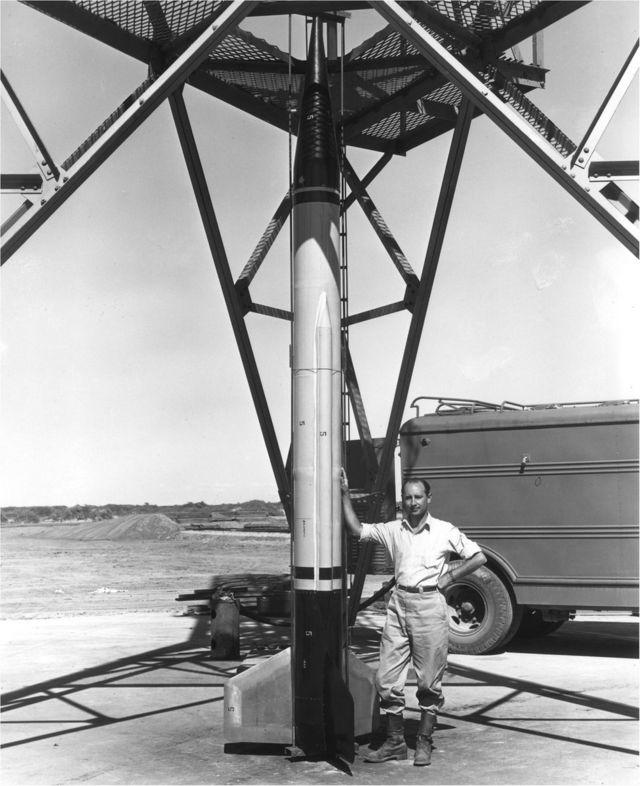 فرانك مالينا بجانب صاروخ في نيو مكسيكو ، عام 1946