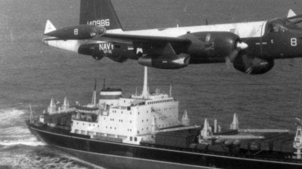 مقاتلة أمريكية تحلق فوق سفينة سوفيتية خلال أزمة الصواريخ الكوبية