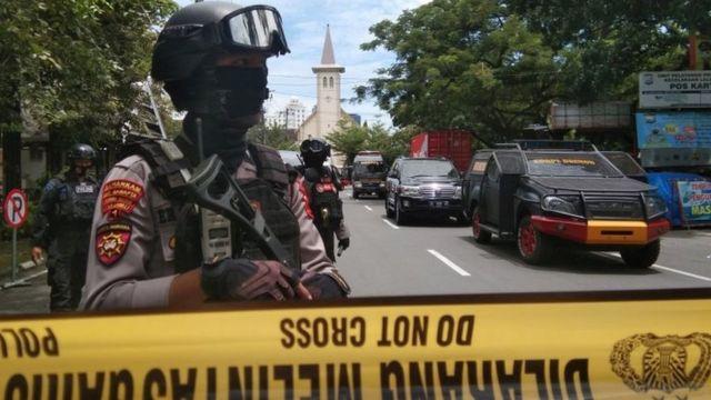 Polisi berjaga-jaga di seputar Gereja Katedral Makassar.