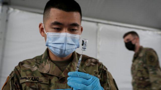 Un soldado con una inyección de la vacuna de Pfizer