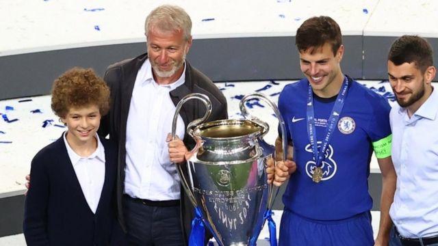 أبراموفيتش ونجله يمسكان بكأس البطولة