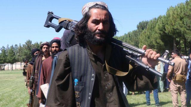 Bazı eski Taliban mensupları Mayıs'ta silahlarını teslim etti.