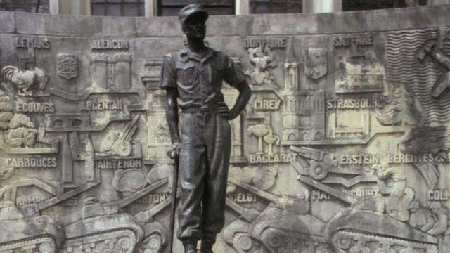 Iki gishusho ca Jenerali Leclerc cubatswe i Douala imbere y'uko Kameruni yikukira mu 1961