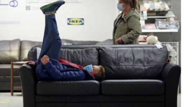 """شاب مستلقٍ في متجر """"ايكيا"""""""