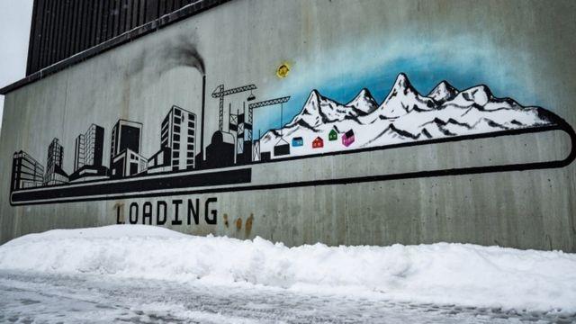 Un mural en Nuuk muestra el desarrollo de los recursos naturales en Groenlandia