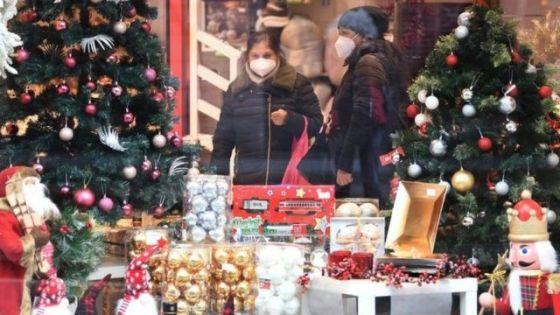Loja decorada para o Natal em Milão, Itália