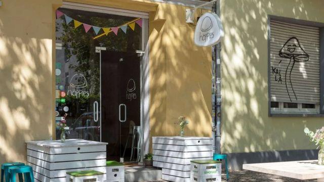 """استقالت أولي مارشنر من وظيفتها كوكيلة إعلانات، لتفتتح مطعماً صغيراً في أحد أحياء برلين باسم """"هابيز"""""""