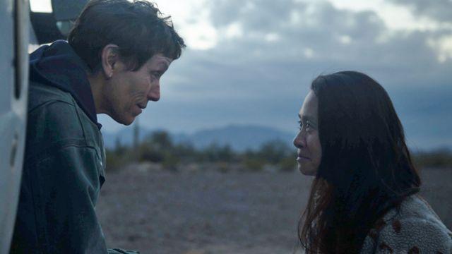 الممثلة فرانسيس ماكدورماند وكلوي تشاو أثناء تصوير فيلم نومادلاند