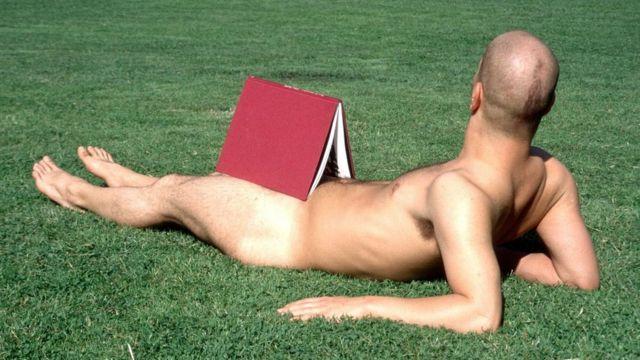 À Berlin et dans de nombreuses autres villes allemandes, il n'est pas rare de tomber sur des personnes qui prennent des bains de soleil nus dans les parcs