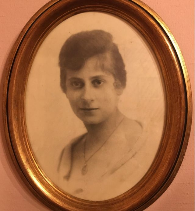 Cecile Bach, la madre de Helene y Anne.