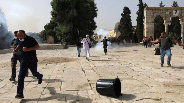The Israeli police fired stun grenades and smoke