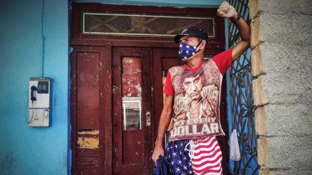 Un hombre en La Habana vistiendo un pantalón corto con la bandera de EE.UU,