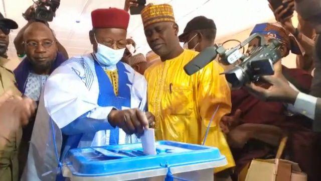Le candidat Mahamat Ousmane en train de voter