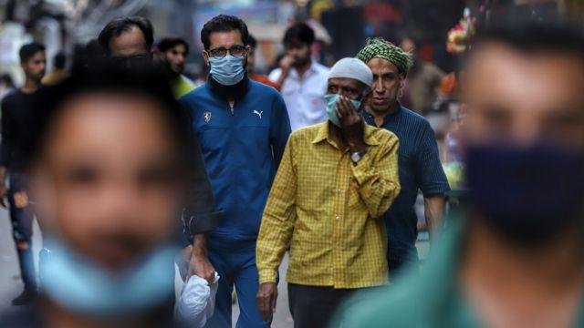 """보건부 장관은 지난 3월 인도가 """"팬데믹의 끝자락에 왔다""""고 공표했다"""
